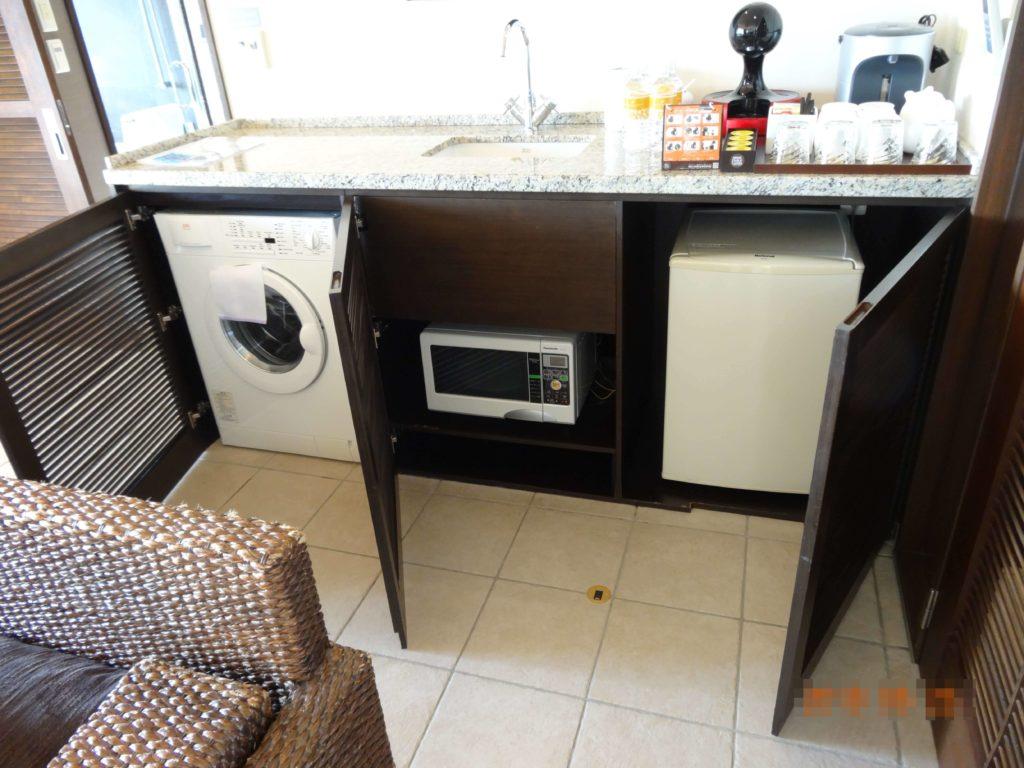 リビングにある洗濯機と電子レンジと冷蔵庫