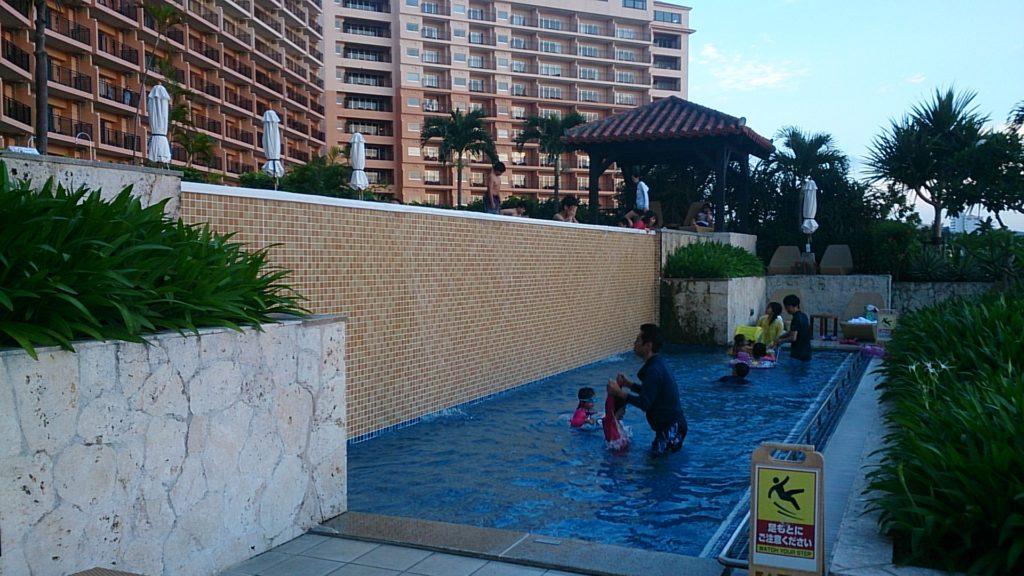 ホテル棟のプール